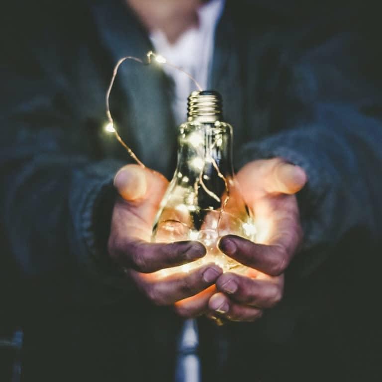 Homme qui tient une ampoule
